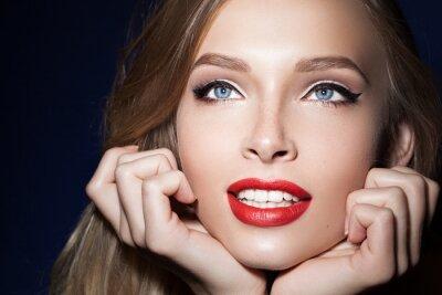 Poster bella ragazza con le labbra rosse con le mani vicino al fronte