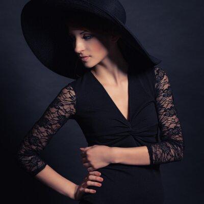Poster bella ragazza in abito nero e cappello