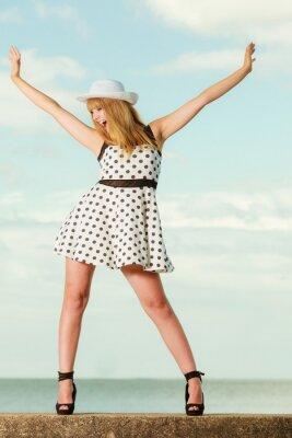 Poster Bella ragazza stile retrò in abito punteggiato di Polka.