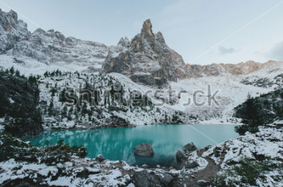 Poster bella vista sulle enormi rocce bianche delle Dolomiti (Dolomiti). Lago di Braies (Lago Di Braies) in estate. Il più grande lago naturale delle Dolomiti, Alto Adige, Italia, Europa.