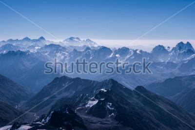 Poster Bellissimo paesaggio di neve Highland Vista dalla cima di Elbrus. Montagna del Caucaso al giorno soleggiato. Regione di Elbrus, Caucaso del Nord, Russia