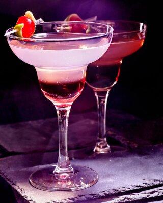 Poster bevanda melograno con ciliegia su sfondo nero. Scheda del cocktail 90.