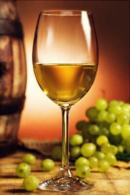 Poster Bicchiere di vino bianco di fronte a uva verde e vecchio barile
