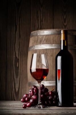 Poster Bicchiere di vino rosso con la bottiglia e barilotto in piedi