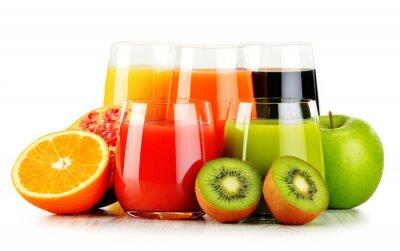 Poster Bicchieri di succhi di frutta assortiti isolati su bianco. dieta Detox