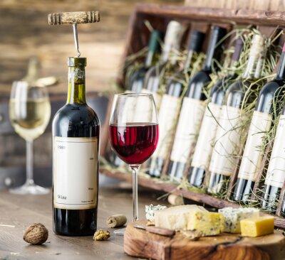 Poster Bicchieri di vino e piatto di formaggi.