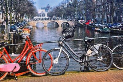 Poster Biciclette tipica città di Amsterdam al ponte
