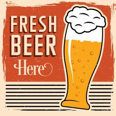 Poster Birra fresca qui il poster con un bicchiere di birra, carattere d'epoca e lo sporco sulla parte superiore.