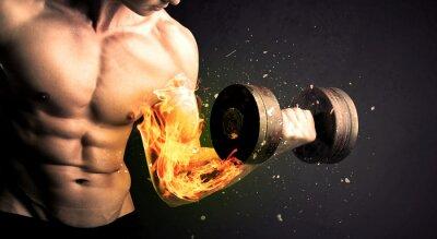 Poster Bodybuilder atleta di sollevamento pesi con il fuoco esplodere concetto braccio