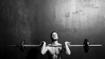 Poster Bodybuilding, Giovane Atletico Forte Uomo Pesistica, in bianco e nero in studio