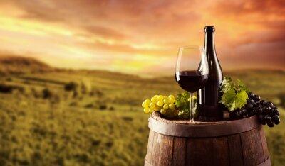 Poster Bottiglia di vino rosso e vetro sul barile wodden