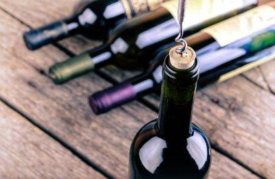 Poster Bottiglia di vino su una tavola di legno