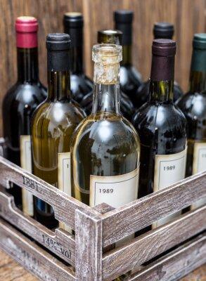 Poster Bottiglie di vino in una cassa di legno.