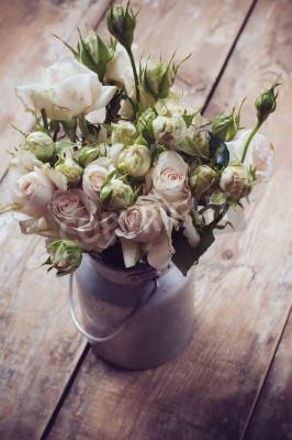 Poster Bouquet di rose in vaso di metallo sul fondo di legno, stile vintage