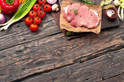 Poster braciola di maiale cruda con verdure