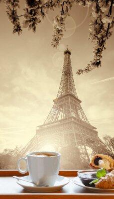Poster Caffè con cornetti contro la Torre Eiffel a Parigi, Francia