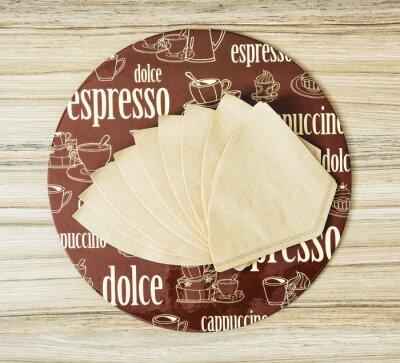 Poster Caffè tema filtri vassoio e caffè rotonde sul backgr di legno