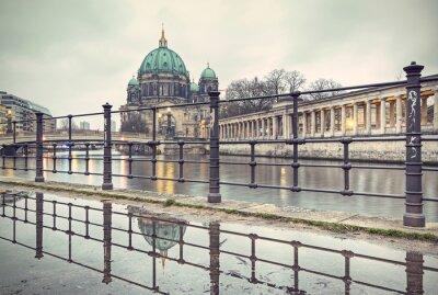 Poster Cattedrale di Berlino (Berliner Dom) e l'Isola dei Musei (Museumsinsel) riflette nella pozza, Berlino, Germania, Europa, annata filtrata stile
