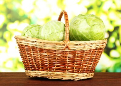 Poster Cavolo verde in cesto di vimini, su sfondo luminoso