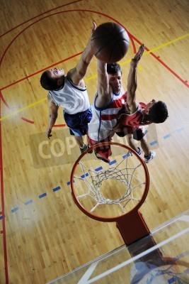 Poster cencept concorrenza con le persone che giocano a basket ed esercitare lo sport in palestra della scuola