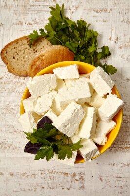 Poster cibo salutare. ricotta e pane su uno sfondo bianco di legno