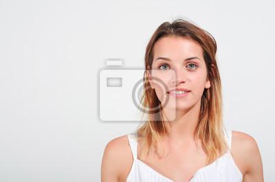 61844b7a1257 Close up giovane ragazza sorridente manifesti da muro • poster ...