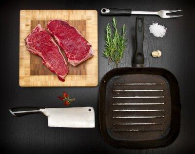 Poster composizione con strumenti costola e cucina crude su legno nero