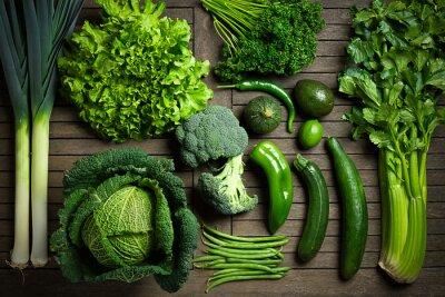 Poster Composizione de légumes verts uniquement sur une table en bois