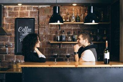 Poster Coppia al bar con due bicchieri di vino