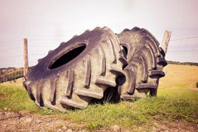 Poster Coppia di pneumatici di un grande trattore smontato e lasciato in un italiano