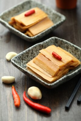 Poster cucina cinese servita in un piatto di salsa