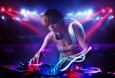 Poster Disc jockey ragazza la riproduzione di musica con effetti fascio di luce sul palco