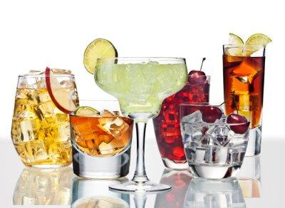Poster Diversi cocktail sono sono sulla superficie del vetro.