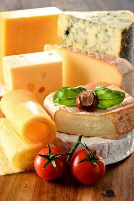 Poster Diversi tipi di formaggio sul tavolo da cucina