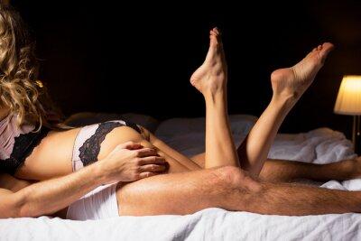 Poster Donna che si trova sulla cima di uomo in camera da letto