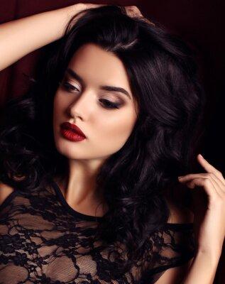 Poster donna con i capelli scuri e trucco sera, indossa lussuoso abito di pizzo nero