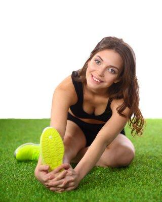Poster Donna facendo esercizi di stretching sull'erba verde