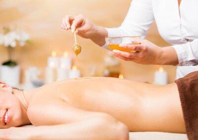 Poster Donna godendo trattamento termale con miele