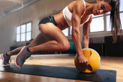 Poster Donna muscolare che fa intenso allenamento di base in palestra