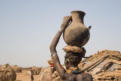 Poster Donna porta in testa un contenitore con acqua, Etiopia