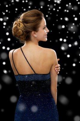 Poster donna sorridente in abito da sera