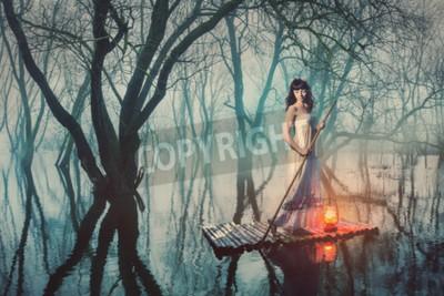 Poster Donna su una zattera con una lanterna galleggiante su un laghetto in una foresta nebbiosa. donna di fiaba in un abito lungo.