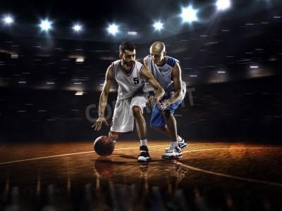 Poster Due giocatori di basket in azione in palestra a luci