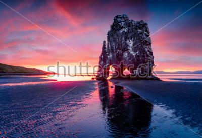 Poster Enorme pila di basalto Hvitserkur sulla costa orientale della penisola di Vatnsnes. Alba variopinta di estate in Islanda di nord-ovest, Europa. Bellezza del fondo del concetto di natura.