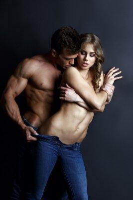 Poster Erotica. Appassionato ragazzo muscoloso strisce ragazza sexy