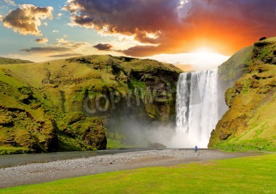 Poster famosa cascata Skogafoss in Islanda al tramonto