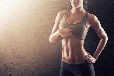 Poster Fit giovane donna mostrando il suo abs