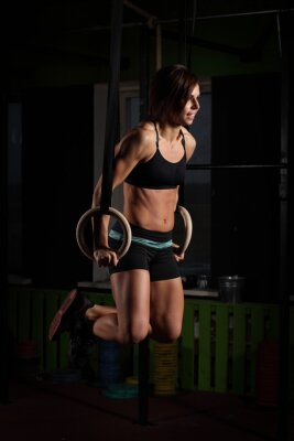 Poster Fit giovane donna su anelli ginnasta