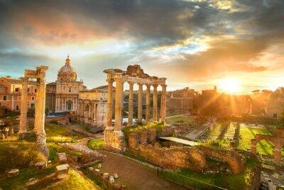 Poster Foro Romano. Le rovine del Foro Romano a Roma, Italia durante l'alba.