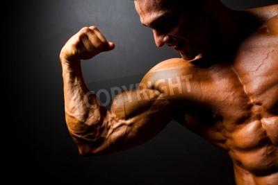 Poster forte bodybuilder posa su sfondo nero